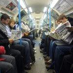 yolcular metro gazetesi okurken
